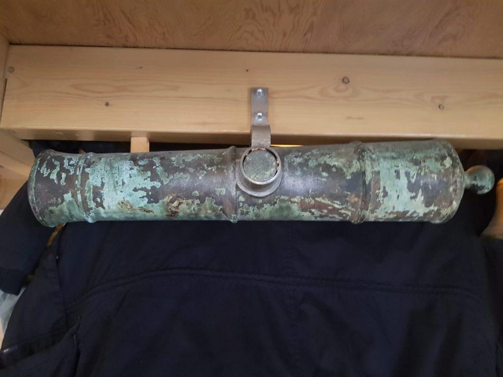 Bronzen saluutkanon gevonden op de SS Anglia